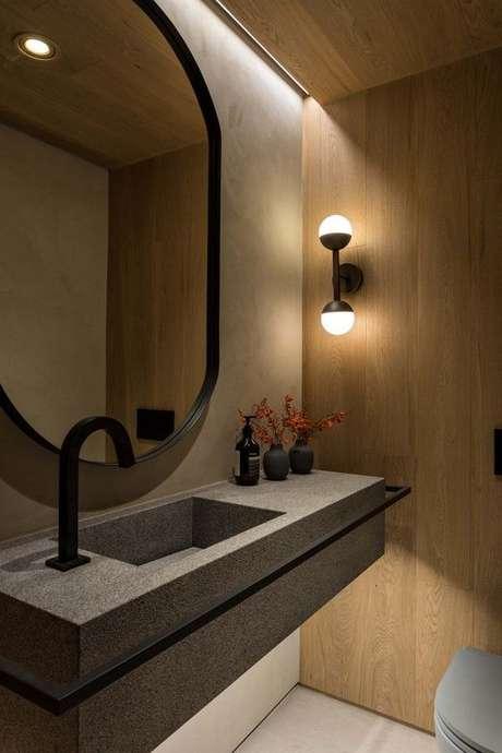2. Banheiro moderno decorado com luminária de parede e parede amadeirada – Foto: Pinterest