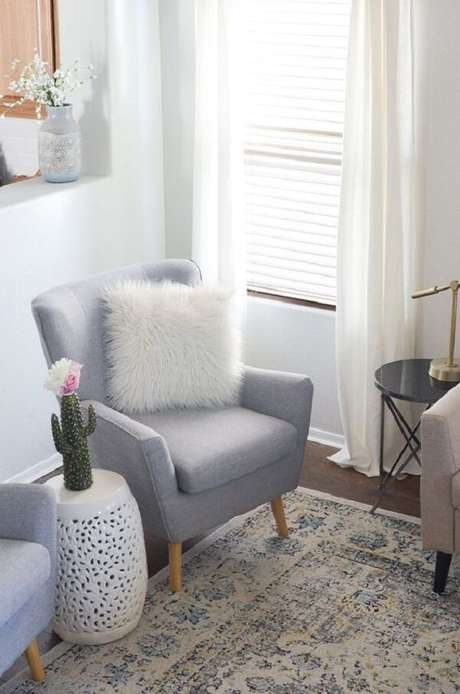 46. A poltrona pé palito e o garden seat branco traz estilo para a decoração. Fonte: Pinterest
