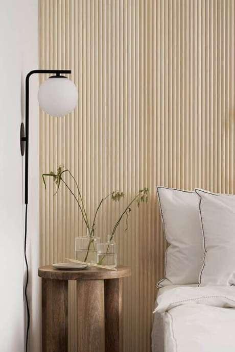 27. Decoração com mesa de cabeceira rústica e luminária de parede para quarto – Foto: Coco Lapine Design