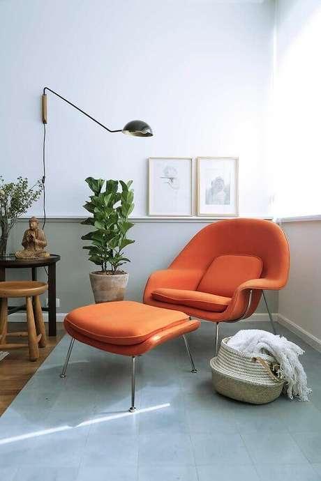 11. Luminária de parede para cantinho de leitura decorado com poltrona laranja – Foto: Casa de Valentina