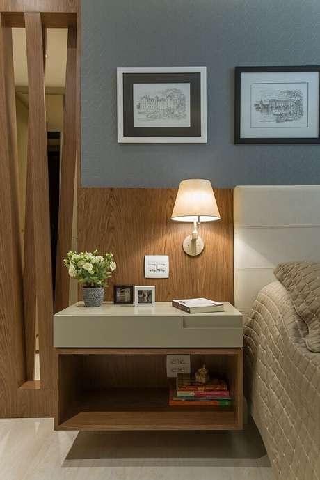 48. Luminária de parede para quarto moderno decorado com cabeceira estofada – Foto: Casa Très Chic