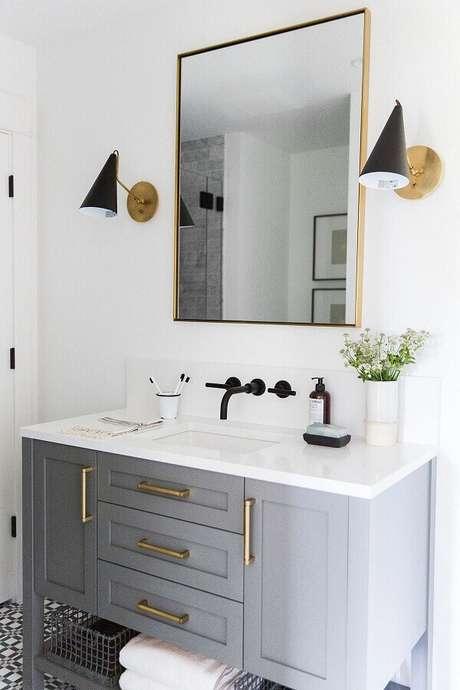20. Decoração com luminária de parede para banheiro cinza e branco – Foto: Archilovers