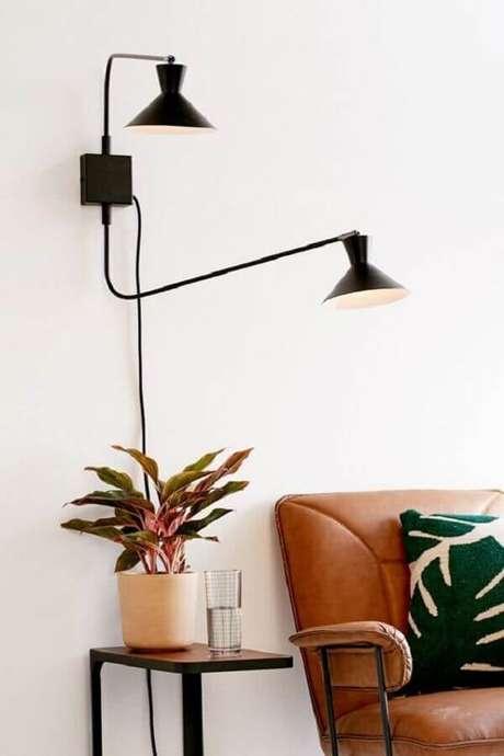 50. Decoração clean para sala branca com luminária decorativa de parede – Foto: Urban Outfitters