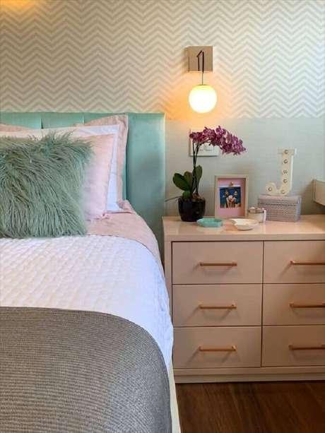 47. Luminária de parede quarto decorado com papel de parede chevron – Foto: Arkpad