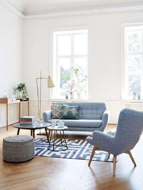 32. Decoração retrô com sofá, mesa de centro e poltrona pé palito. Fonte: Pinterest
