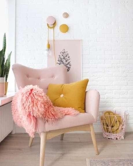 4. Acrescente almofadas e manta sobre a poltrona de pé palito. Fonte: Pinterest