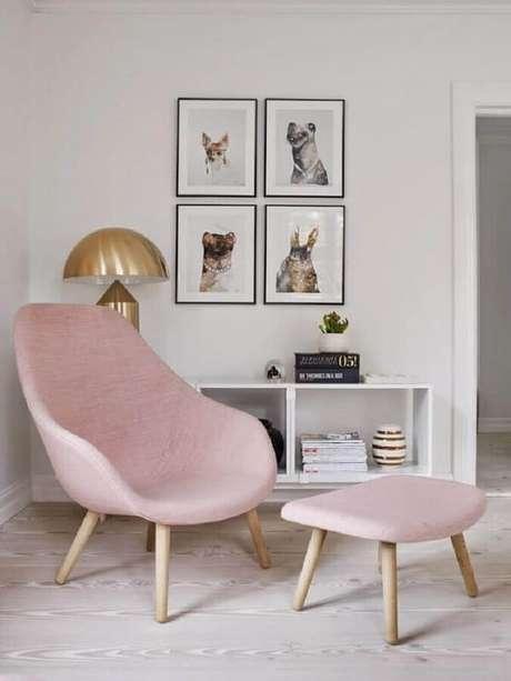 12. Sala minimalista branca decorada com poltrona pé palito rosa. Fonte: Pinterest