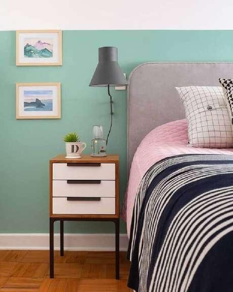 35. Decoração simples com luminária de parede para quarto com cabeceira estofada cinza – Foto: Jeito de Casa