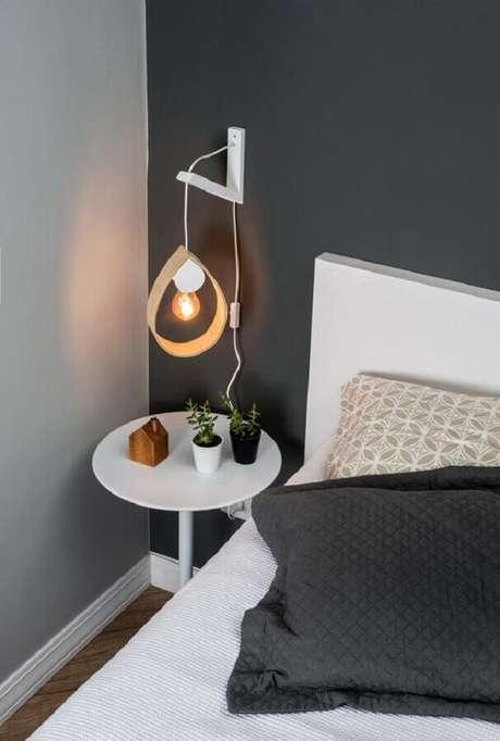 60. Quarto cinza e branco decorado com luminária de parede simples – Foto: Boobam