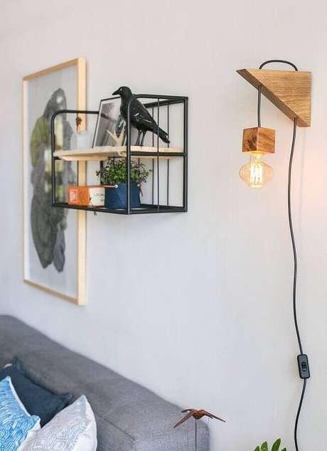 36. Decoração simples com luminária de parede para sala de estar – Foto: Histórias de Casa