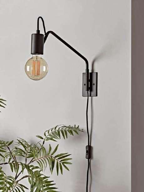 7. Decoração simples com luminária decorativa de parede – Foto: Cox & Cox