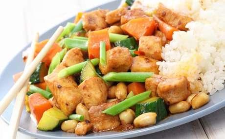 1. O arroz branco é um ótimo acompanhamento para frango xadrez.