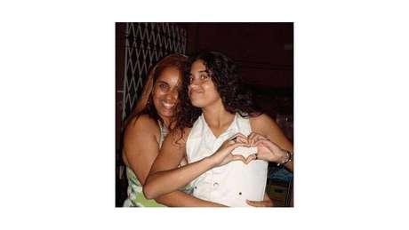 Adriana Silveira ao lado de sua filha, Luiza, assassinada aos 15 anos pelo atirador de Realengo. Ela fundou a associação dos Anjos de Realengo para lutar por mais segurança nas escolas