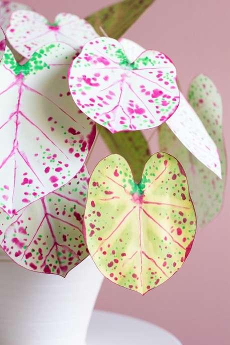 46. Planta caládio de papel para decorar dentro de casa – Foto Sugar and Cloth