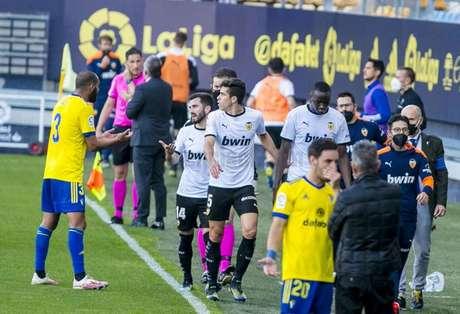 Diakhaby abandonou terreno de jogo após acusação de racismo (Foto: Reprodução / Twitter Valencia)