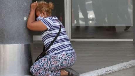 Imagens de pessoas chorando por seus entes queridos tornaram-se frequentes na cidade de Guayaquil em 2020