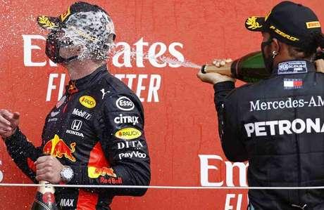 Lewis Hamilton e Max Verstappen fazem a festa no pódio
