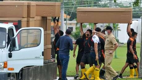 O número de mortes foi tão alto em Guayaquil que foi necessário usar caixas de papelão para evitar a escassez de caixões.