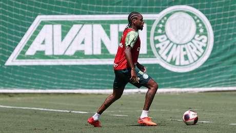 Luiz Adriano durante treinamento na Academia de Futebol (Foto: Cesar Greco/Palmeiras)