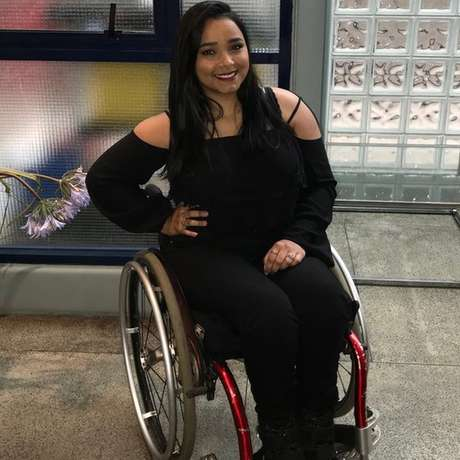 Thayane ficou paraplégica com os tiros que levou no ataque e teve que aprender a conviver com o preconceito e as dificuldades de ser cadeirante