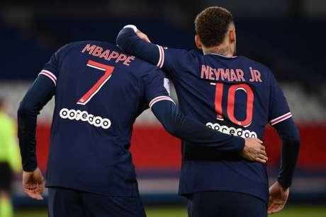 Mbappé fez dois gols na partida e Neymar deu duas assistências (Foto: FRANCK FIFE / AFP)