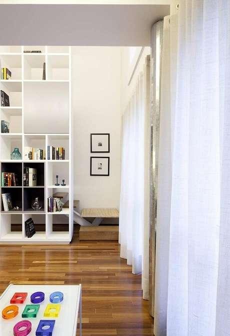 7. Sala de estar com piso de madeira colorido. Projeto de Stuchie Leite