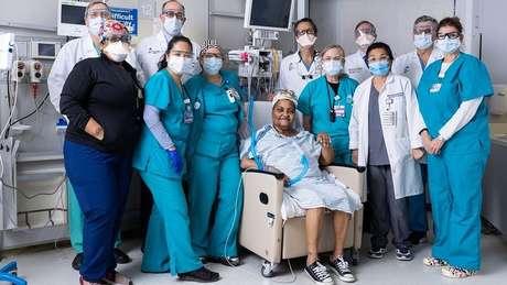 A cirurgia, realizada em janeiro deste ano, durou 18 horas e envolveu mais de 50 especialistas, incluindo cirurgiões, enfermeiros, anestesistas e médicos residentes