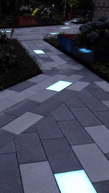 47. Caminho de piso intertravado com sinalizador luminoso decora a área externa do imóvel. Fonte: Pinterest