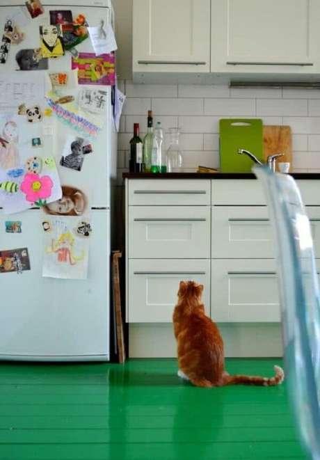 46. Aposte no piso colorido e deixe a cozinha mais descontraída. Fonte: Pinterest