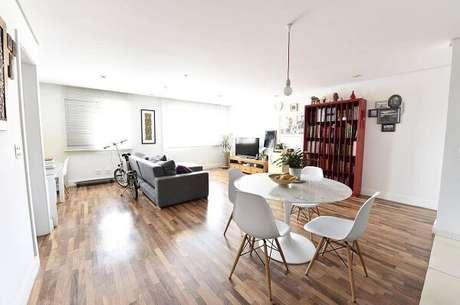 17. Sala integrada com piso de madeira colorido. Projeto por Carla Cuono