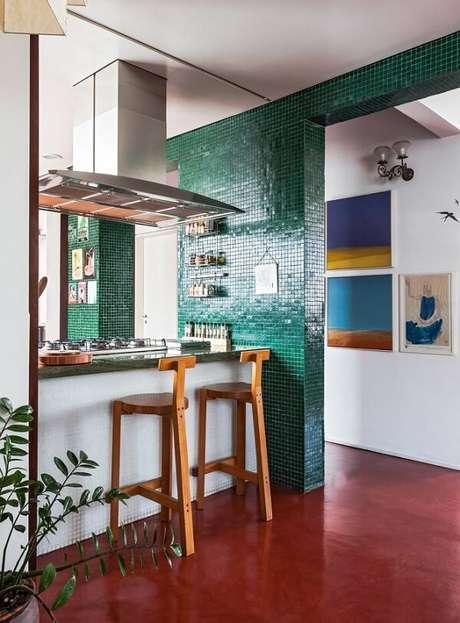 4. A pastilha verde da parede conversa de forma harmônica com o piso colorido queimado. Fonte: Pinterest