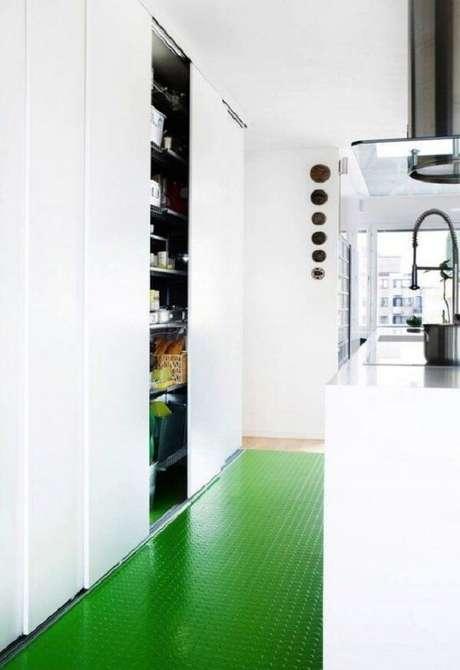 37. O piso colorido emborrachado traz um toque diferente para a cozinha. Fonte: Pinterest