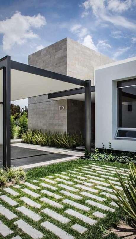 15. Se você não quiser incluir o piso colorido intertravado na entrada de casa procure colocar grama. Fonte: Pinterest