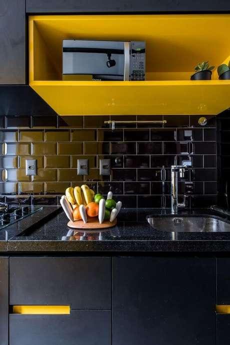 42. Azulejo 3D preto para cozinha moderna – Foto Casa Vogue
