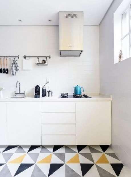39. O piso colorido com forma geométrica é uma tendência na decoração de cozinhas. Fonte: Pinterest