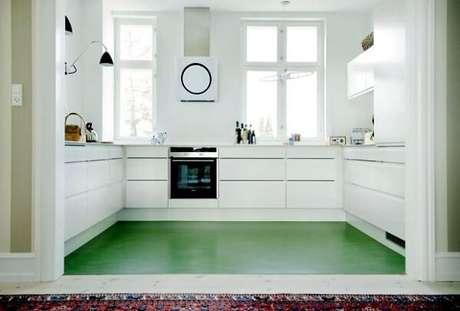 40. O piso colorido em cimento queimado na cor verde quebra a neutralidade da cozinha. Fonte: Pinterest