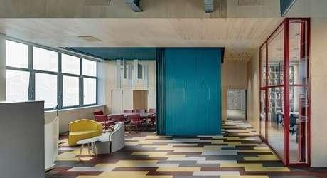 10. Decoração animada e irreverente com piso vinílico colorido. Fonte: Arkpad