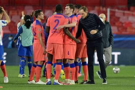 Thomas Tuchel celebrou a vitória com seus jogadores no gramado ao final da partida (Foto: CRISTINA QUICLER / AFP)