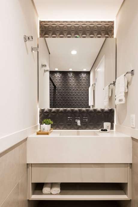 46. Banheiro com azulejo 3D preto e armário branco – Foto Livia Cavalca