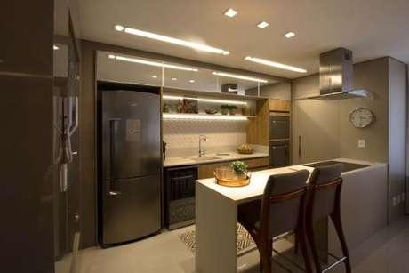 21. Cozinha com azulejo 3D branco e móveis de espelho – Foto MArina Turnes