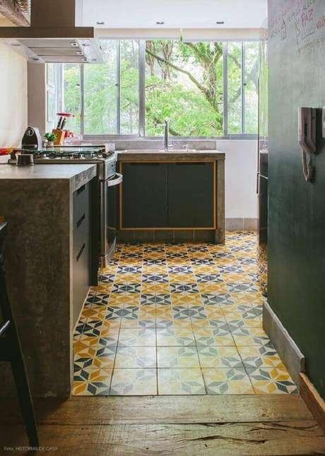 14. Pisos coloridos invadem a decoração dessa cozinha. Fonte: Histórias de Casa