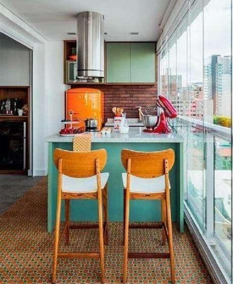 49. Cantinho gourmet com piso colorido em tons de laranja e verde. Fonte: Pinterest