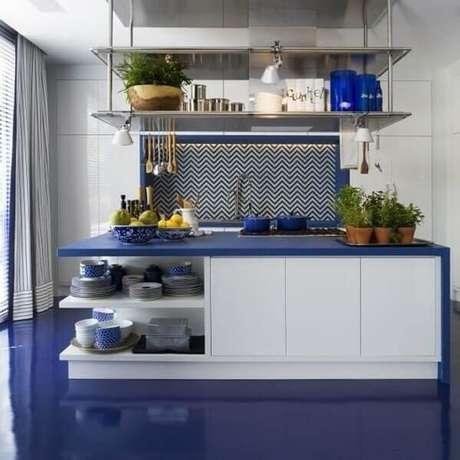 45. Modelo de piso colorido azul em porcelanato líquido. Fonte: The House 83