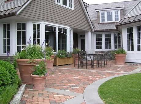 30. Para garantir o charme do jardim frontal procure utilizar piso colorido intertravado. Fonte: Woodburn & Company