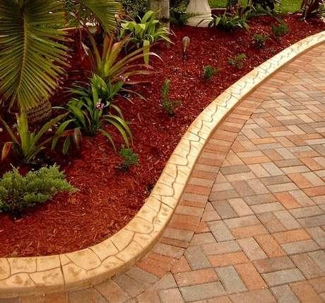 35. O piso colorido intertravado é um produto bastante permeável e antiderrapante. Fonte: Tecpar