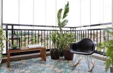 20. Piso colorido em ladrilho hidráulico deixa a varanda ainda mais charmosa. Fonte: Pinterest