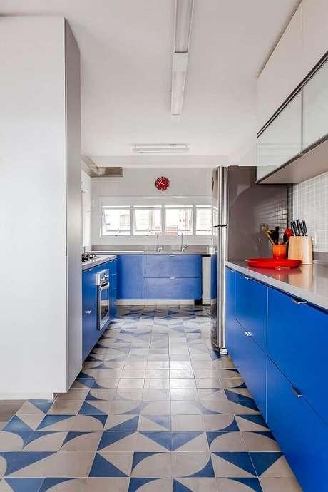 38. Modelo de piso colorido para cozinha azul e branco. Fonte: Gigantic Forehead