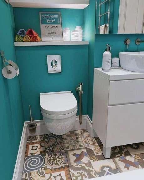 18. Piso colorido em ladrilho hidráulico e marcenaria branca decoram o banheiro. Fonte: Pinterest