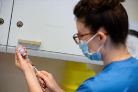 Enfermeira prepara dose de vacina da Moderna contra Covid-19 para aplicação no Hospital Geral de Carmarthen, no País de Gales 07/04/2021 Jacob King/Pool via REUTERS