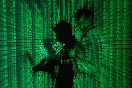 Ilustração mostra projeção de códigos binários com homem no centro segurando um laptop. 24/6/2013. REUTERS/Kacper Pempel